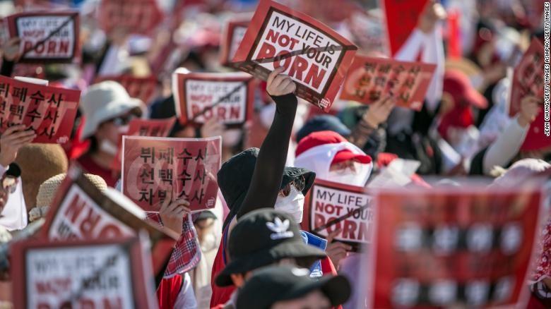 Hơn 40.000 phụ nữ Hàn Quốc xuống đường ở Seoul ngày 4-8, phản đối phân biệt giới tính và dùng camera ẩn gây tổn thương cho phụ nữ. Ảnh: CNN