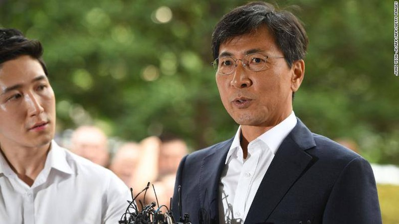 Ông Ahn Hee-jung đến Tòa Án quận Tây Seoul nghe phán quyết ngày 14-8. Ảnh: CNN