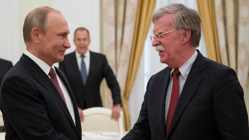 Cố vấn an ninh quốc gia Mỹ John Bolton (phải) trong lần gặp Tổng thống Nga Vladimir Putin (trái) tạo Moscow ngày 27-6. Ảnh: REUTERS