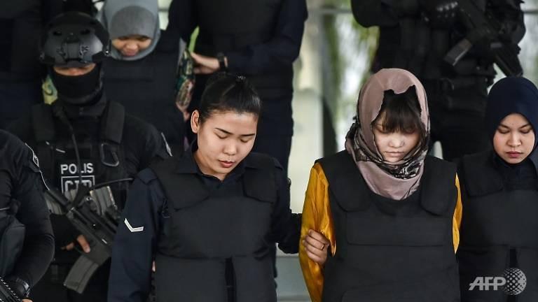 Hai bị cáo Siti Aisyah (trái, phía sau) và Đoàn Thị Hương (phải, phía trước). Ảnh: AFP