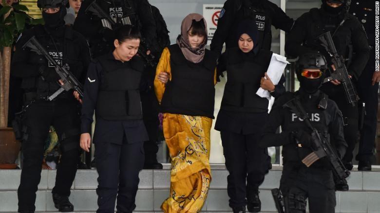 Bị cáo Đoàn Thị Hương được hộ tống đến tòa sáng nay 16-8. Ảnh: REUTERS