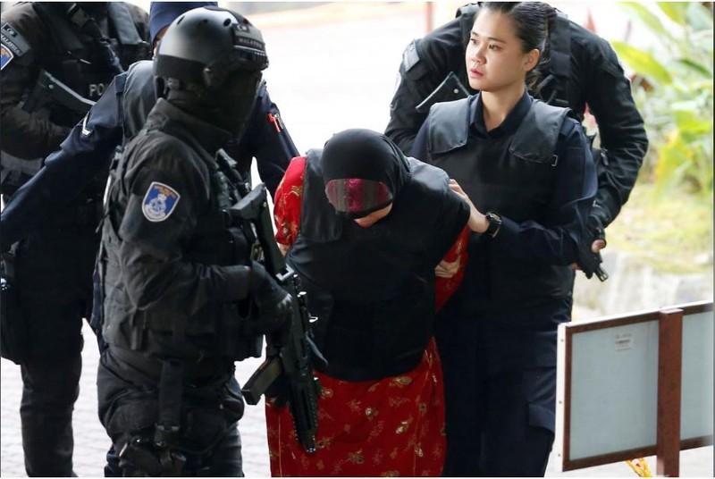 Bị cáo Siti Aisyah được hộ tống đến tòa sáng nay 16-8. Ảnh: REUTERS