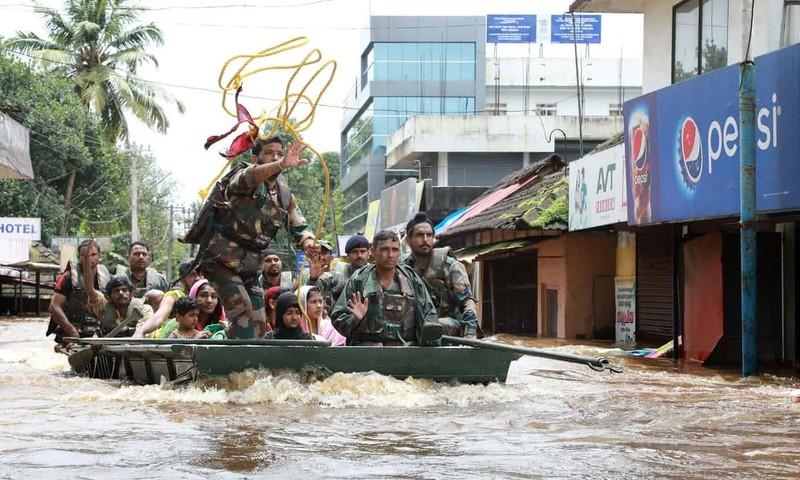 Binh sĩ cứu hộ người dân trong lụt. Ảnh: AFP