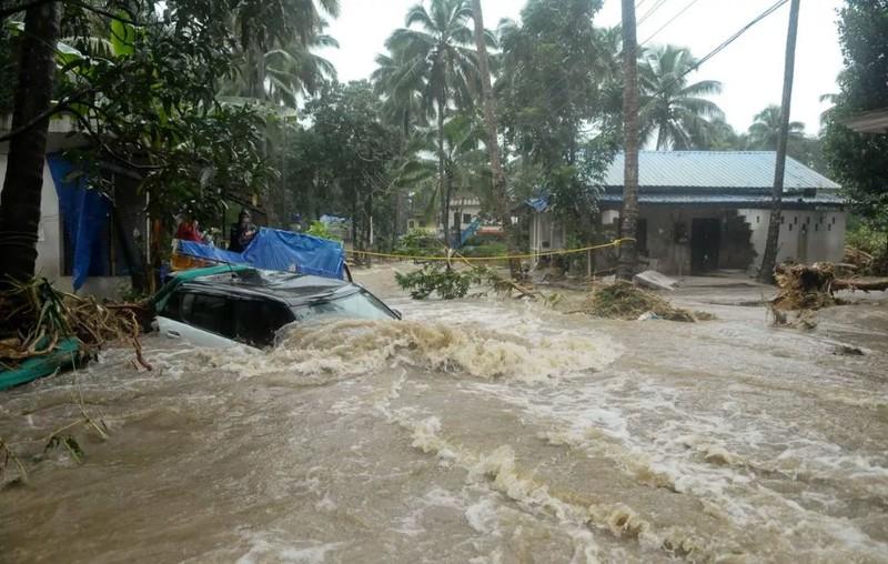 Nhà, xe chìm trong nước lụt ở bang Kerala. Ảnh: AFP