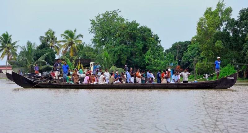 Sơ tán dân bằng thuyền. Ảnh: AFP