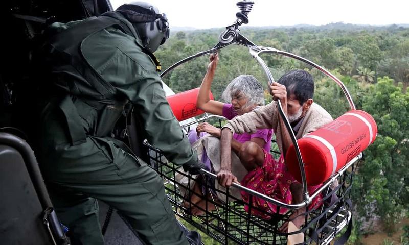 Cứu hộ người dân bằng trực thăng. Ảnh: REUTERS