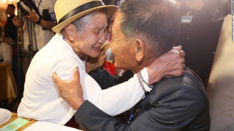 Bà cụ Lee Keum-seom 92 tuổi gặp con trai Ri Sang-chol nay đã cũng là một ông cụ 72 tuổi, sau 68 năm ly biệt, tại buổi đoàn tụ gia đình hai miền tổ chức ở khu nghỉ dưỡng núi Kim Cương ở đông bắc Triều Tiên ngày 20-8. Ảnh: CNN