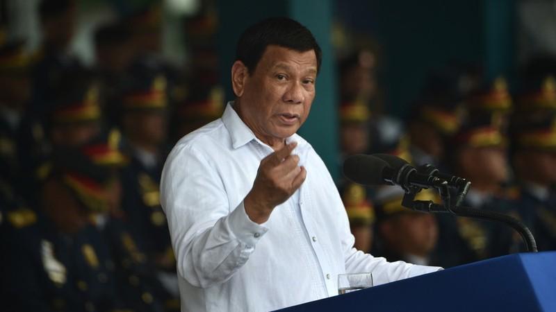 Tổng thống Philippines Rodrigo Duterte phản pháo mạnh chuyện Mỹ cảnh cáo mình không mua vũ khí Nga. Ảnh: AFP