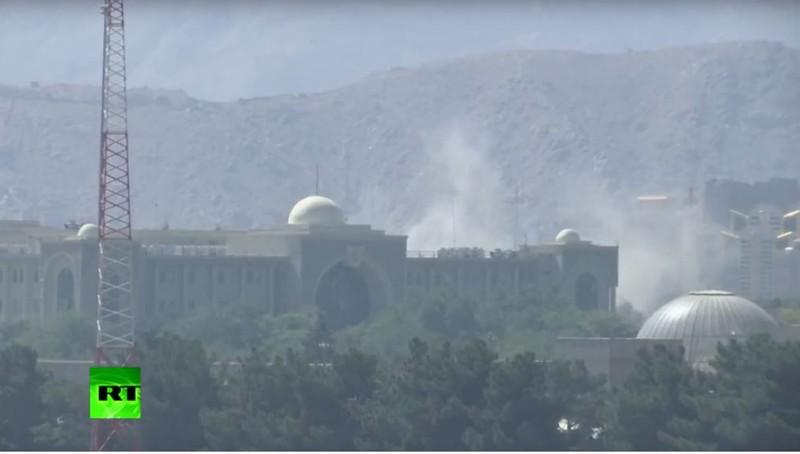 Dinh tổng thống Afghanistan và khu ngoại giao ở Kabul hứng hơn chục tên lửa. Ảnh: chụp màn hình từ RT