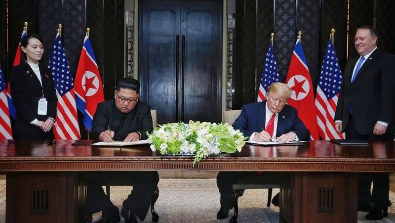 Tổng thống Mỹ Donald Trump (ngồi, phải) và lãnh đạo Triều Tiên Kim Jong-un (ngồi, trái) trong cuộc họp thượng đỉnh ngày 12-6 tại Singapore. Ảnh: GETTY IMAGES