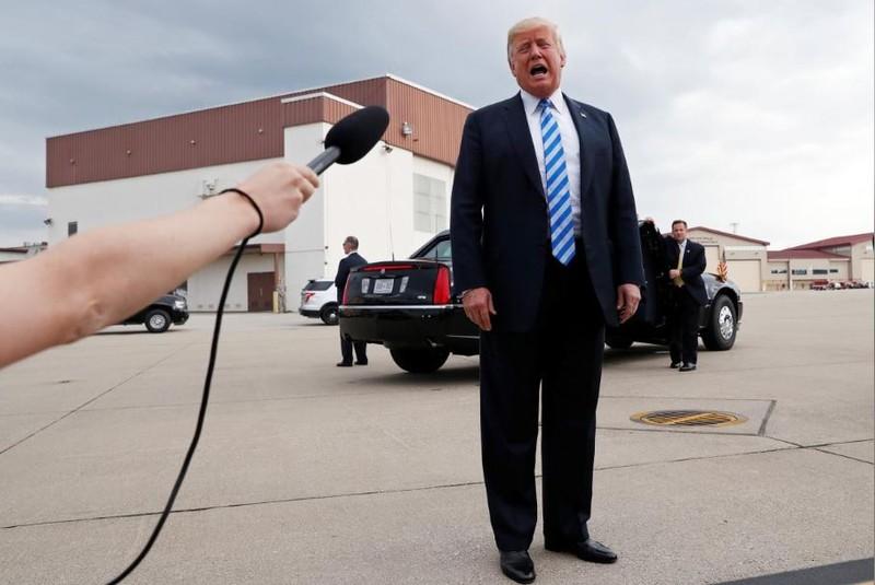 Ông Trump phân trần với báo chí về chuyện không liên can đến các tội danh của ông Manafort, ngày 21-8. Ảnh: REUTERS