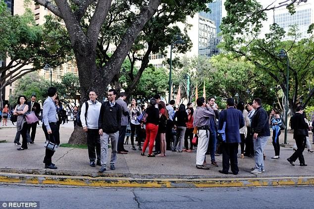 Người dân thủ đô Caracas (Venezuela) sợ hãi sơ tán xuống đường sau động đất. Ảnh: REUTERS