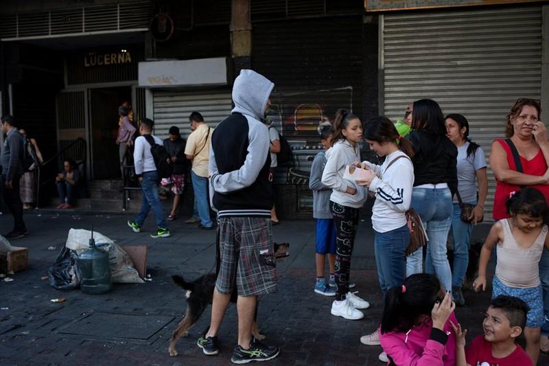 Dân thủ đô Caracas (Venezuela) chạy đổ ra đường sau động đất. Ảnh: REUTERS