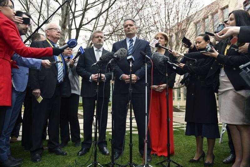 Bộ trưởng Tài chính Úc Mathias Cormann (giữa) trong cuộc họp báo tại Canberra (Úc) ngày 23-8, ủng hộ ông Peter Dutton chiến thắng. Ảnh: EPA
