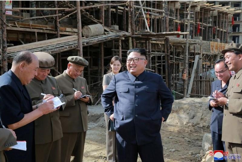 Lãnh đạo Triều Tiên Kim Jong-un (giữa) và phu nhân Ri Sol-ju (phía sau) thị sát một công trình xây dựng ở huyện Samjiyon, tỉnh  Ryanggang (Triều Tiên). Ảnh: KCNA công bố ngày 18-8
