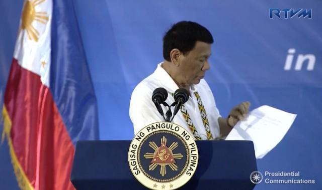 Ông Duterte đọc to bức thư của 3 bộ trưởng Mỹ gửi cho mình, tại lễ kỷ niệm thành lập Bộ Tư lệnh Đông Mindanao ở TP Davao (Philippines) ngày 23-8. Ảnh: RAPPLER