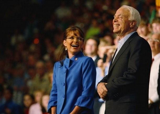 Bức ảnh được bà Sarah Palin, cựu thống đốc bang Alaska, người từng được ông McCain chọn làm phó tướng của mình trong cuộc chạy đua tổng thống Mỹ 2008 đưa lên Twitter kêu gọi cầu nguyện cho vị nghị sĩ lão thành này. Ảnh: TWITTER