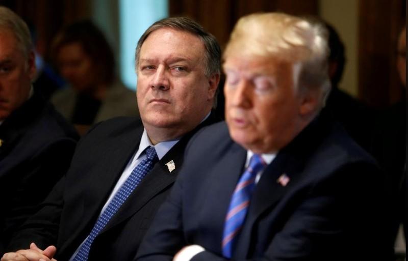 Ngoại trưởng Mỹ Mike Pompeo (giữa) và Tổng thống Mỹ Donald Trump (phải) trong một cuộc họp nội các tại Nhà Trắng. Ảnh: REUTERS