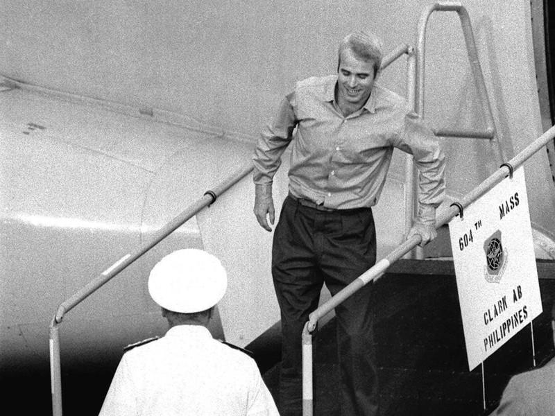Cựu binh John McCain (trên cầu thang) trong ngày rời khỏi Việt Nam 14-3-1973. Ảnh: AP