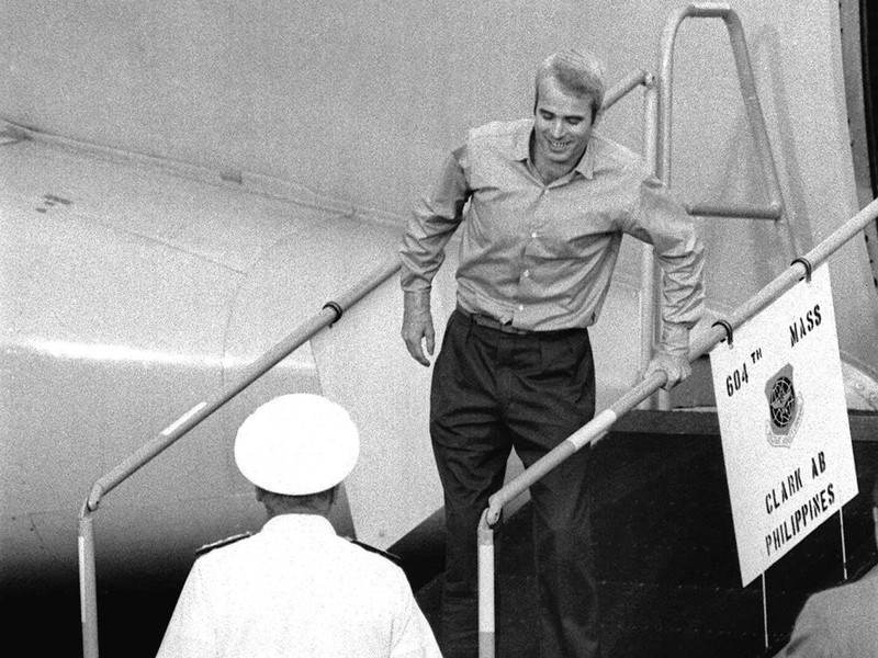 Ông John McCain (trên cầu thang) trong ngày rời khỏi Việt Nam 14-3-1973. Ảnh: AP