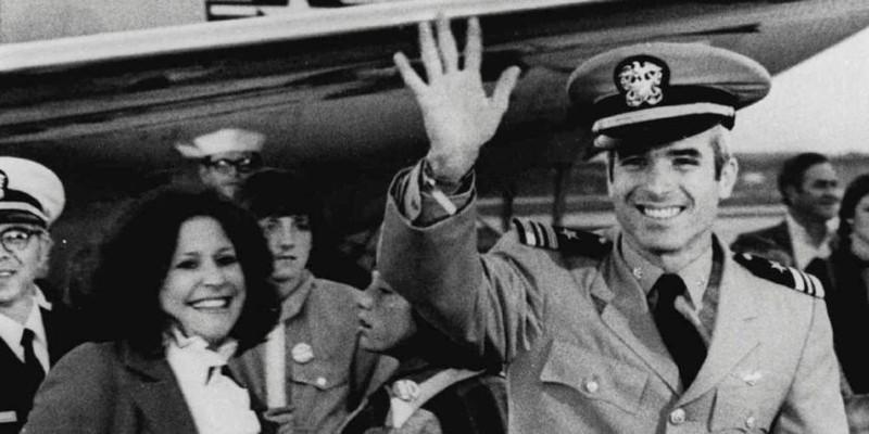 Ông John McCain (giơ tay) từ Việt Nam trở về sân bay căn cứ hải quân Jacksonville ở bang Florida (Mỹ) ngày 18-3-1973. Ảnh: AP