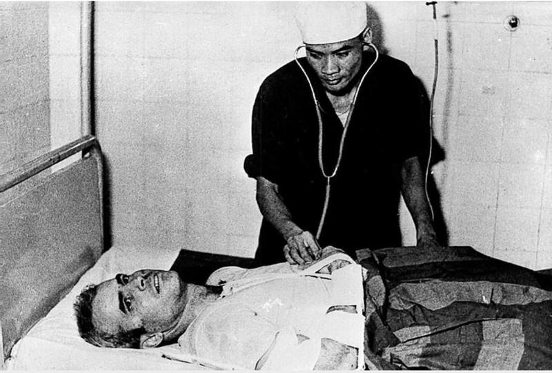Phi công John McCain được điều trị tại Hà Nội năm 1967. Ảnh: GETTY IMAGES