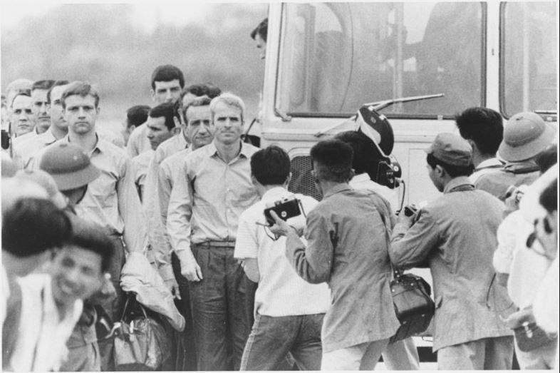 Cựu binh John McCain (giữa) và các cựu binh Mỹ được hộ tống đến sân bay ở Hà Nội để về Mỹ, ngày 14-3-1973. Ảnh: AP