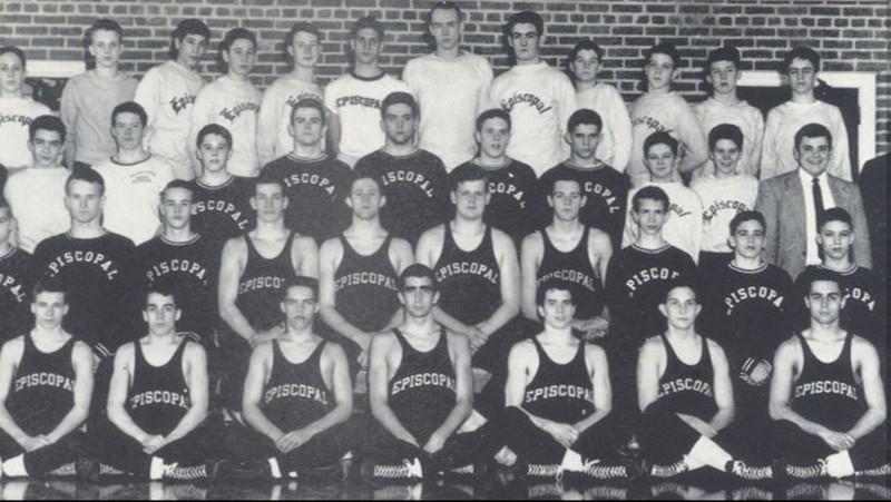 Chàng trai John McCain (hàng đầu, thứ ba từ phải sang) trong đội đấu vật trường trung học Episcopal ở TP Alexandria, bang Virginia (Mỹ) năm 1954. Ảnh: AP