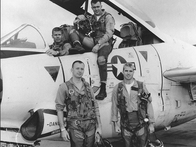 Phi công John McCain (dưới, phải) lúc còn phục vụ trong hải quân Mỹ năm 1965. Ảnh: LIBRARY OF CONGRESS