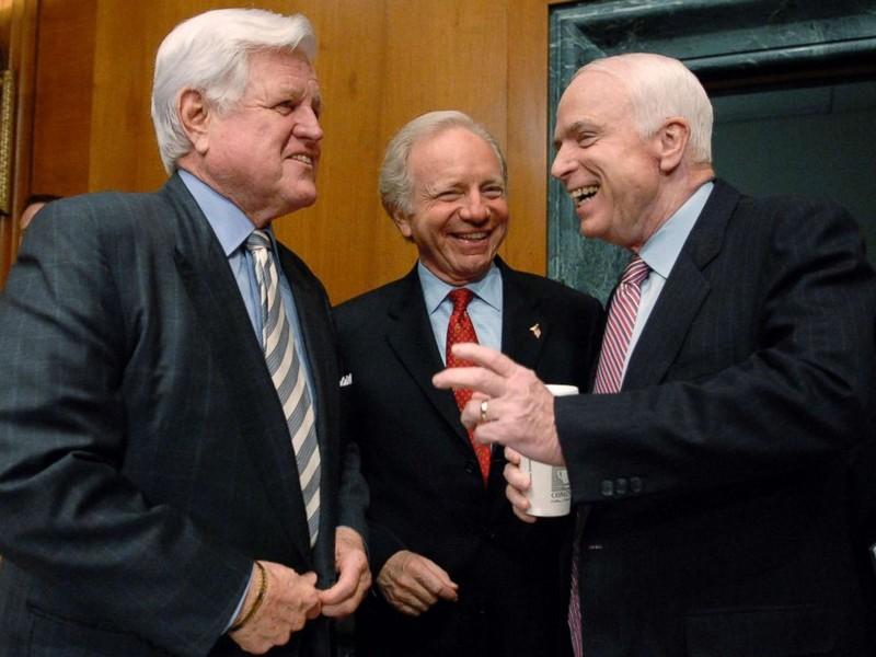 Thượng nghị sĩ John McCain (phải) và các đồng nghiệp Ted Kennedy (trái), Joe Lieberman (giữa) trước một phiên điều trần ngày 8-4-2008 về chiến tranh Iraq của Ủy ban Quân vụ Thượng viện nơi ông làm chủ tịch. Ảnh: GETTY IMAGES