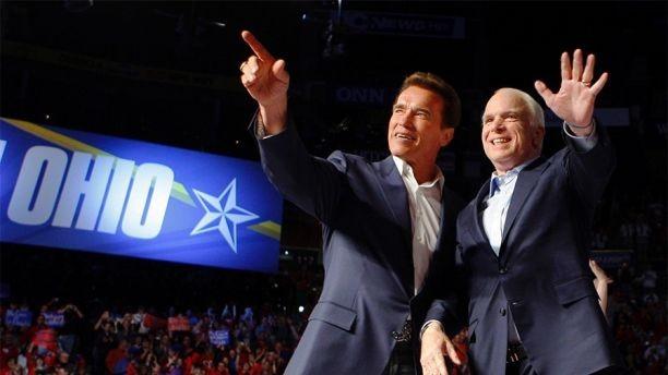Thượng nghị sĩ John McCain (phải) và Thống đốc bang California Arnold Schwarzenegger trong một buổi vận động tranh cử ở bang Ohio (Mỹ) tháng 10-2008. Ảnh: REUTERS