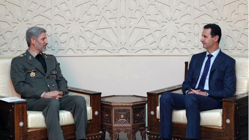 Bộ trưởng Quốc phòng Iran Amir Hatami (trái) gặp Tổng thống Syria Bashar al-Assad tại Syria ngày 26-8. Ảnh: AP
