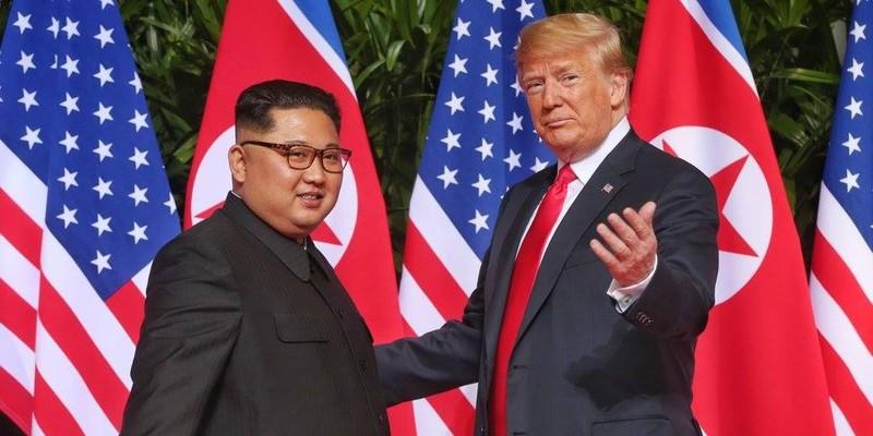 Tổng thống Mỹ Donald Trump (bên phải) gặp lãnh đạo Triều Tiên Kim Jong-un tại Singapore ngày 12-6-2018. Ảnh: THE STRAITS TIMES