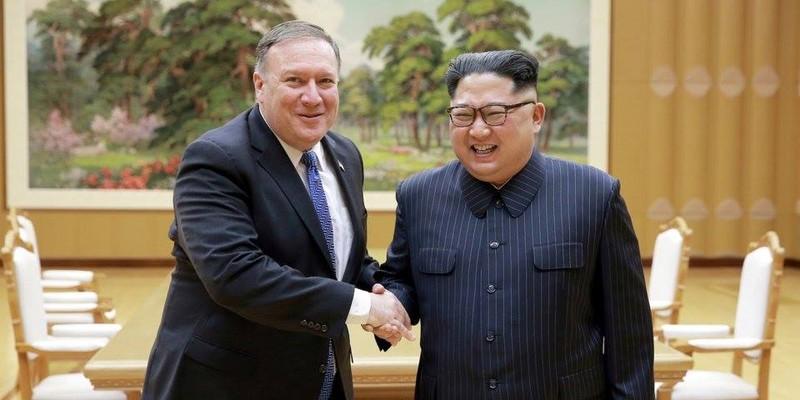 Ngoại trưởng Mỹ Mike Pompeo (trái) gặp lãnh đạo Triều Tiên Kim Jong-un trong chuyến thăm Triều Tiên ngày 9-5-2018. Ảnh: REUTERS