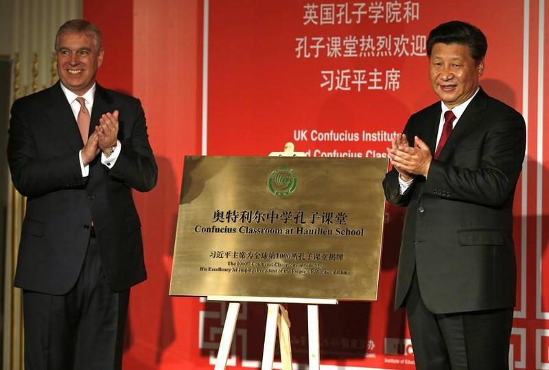 Chủ tịch nước Trung Quốc Tập Cận Bình (bên phải) trong lễ khánh thành một Viện Khổng Tử tại thủ đô London (Anh) năm 2015. Ảnh: REUTERS