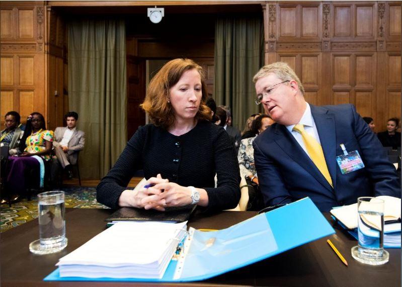Cố vấn pháp lý Bộ Ngoại giao Mỹ Jennifer Newstead (trái) và Giáo sư luật quốc tế Donald Childress tư vấn cho Bộ Ngoại giao Mỹ, tại phiên tòa Tòa án Công lý Quốc tế ở The Hague (Hà Lan) ngày 27-8. Ảnh: REUTERS