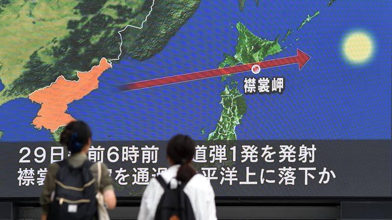 Người dân Nhật quan sát đường đi của tên lửa đạn đạo mà Triều Tiên phóng qua lãnh thổ Nhật trên màn hình ở thủ đô Tokyo ngày 23-8-2017. Ảnh: AFP