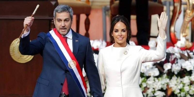 Tân Tổng thống Paraguay Mario Abdo và phu nhân chào người dân sau khi tuyên thệ nhậm chức tại cung điện Lopez, thủ đô Asuncion ngày 15-8. Ảnh: AP