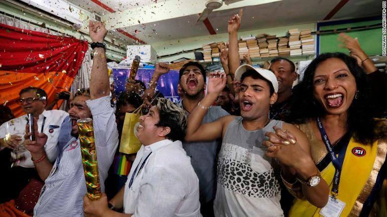 Đám đông hò hét ăn mừng phán quyết của Tòa án Tối cao tại thành phố Mumbai, Ấn Độ ngày 6-9. Ảnh: CNN
