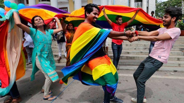 Các thành viên cộng đồng LGBT nhảy mùa sau khi nghe phán quyết của Tòa án Tối cao tại thành phố Bangalore, Ấn Độ ngày 6-9. Ảnh: AP