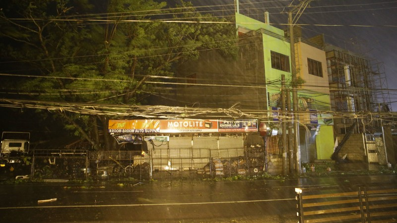 Mưa lớn và gió mạnh khi bão Mangkhut bắt đầu tiến vào tỉnh Cagayan, đảo Luzon (Philippines) ngày 15-9. Ảnh: AP
