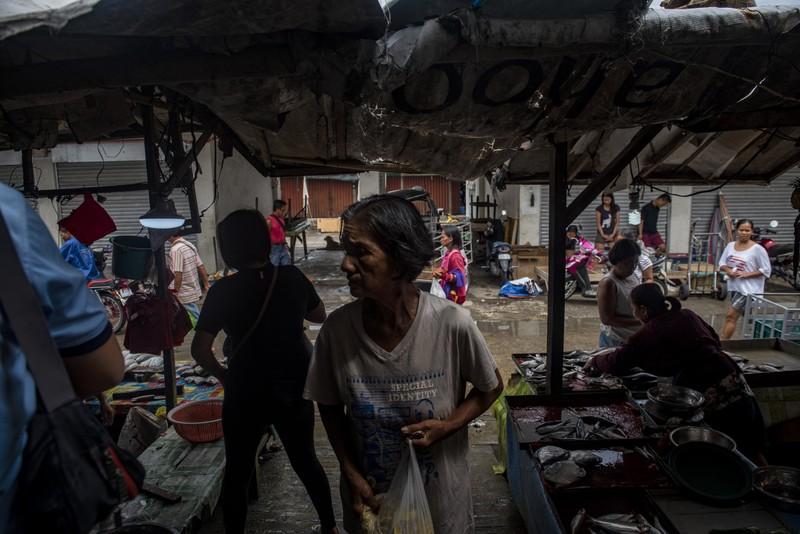 Người dân TP Tuguegarao, tỉnh Cagayan, đảo Luzon (Philippines) đến chợ mua dự trữ thực phẩm, ngày 14-9. Ảnh: GETTY IMAGES