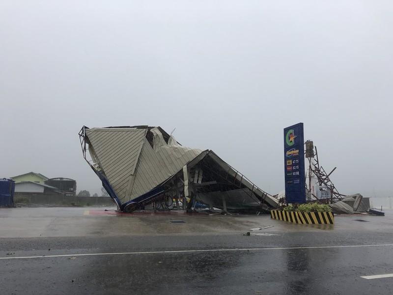 Một trạm xăng ở đảo Luzon đổ sập khi bão Mangkhut tiến vào mờ sáng nay. Ảnh: TWITTER