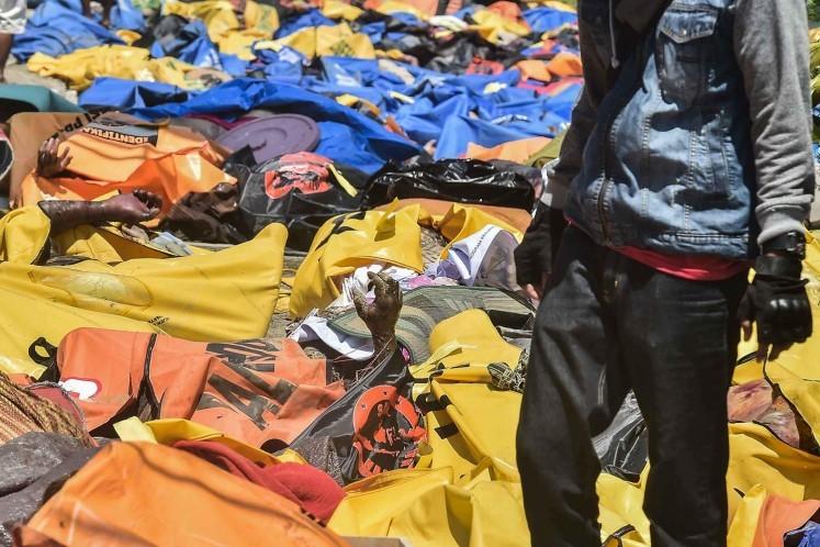 Hàng chục thi thể được tìm thấy ở dọc bờ biển Palu, tỉnh Trung Sulawesi (Indonesia). Ảnh: JAKARTA POST