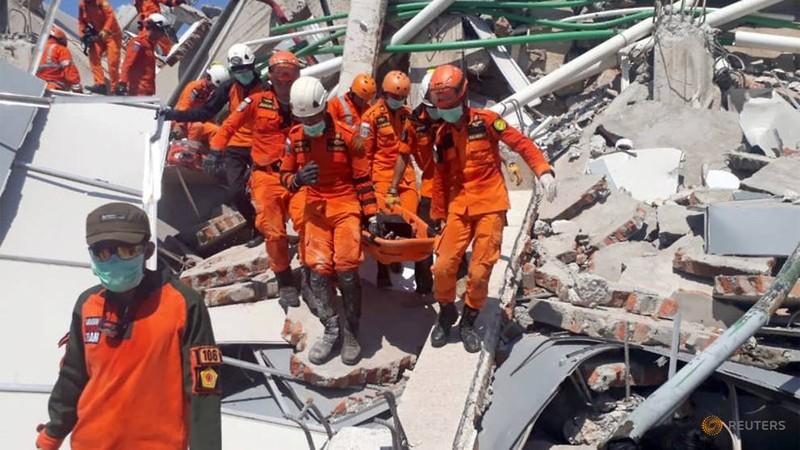 Tìm kiếm, cứu hộ nạn nhân tại khách sạn Roa Roa đổ sập trong thảm họa ở TP Palu, Trung Sulawesi (Indonesia), ngày 30-9. Ảnh: REUTERS