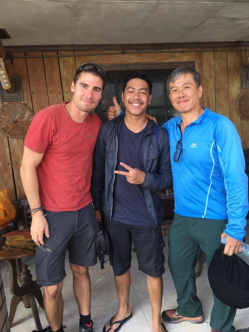 Hai ông Ng Kok Choong (phải), Francois (trái) và một thành viên tham gia cuộc thi dù lượn tên Green (giữa) hiện vẫn còn mất tích. Ảnh: NG KOK CHOONG