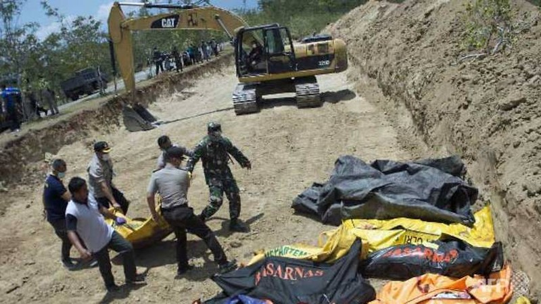 Các thi thể được đặt vào ngôi mộ tập thể chuẩn bị chôn, tại Palu, Trung Sulawesi (Indonesia) ngày 1-10. Ảnh: AFP