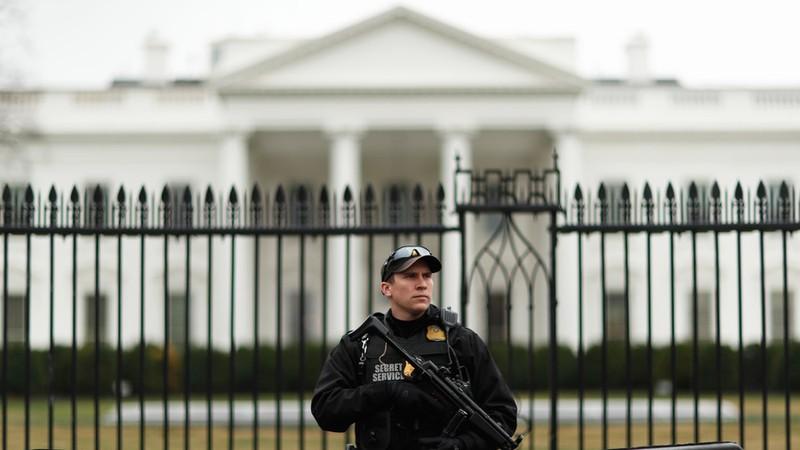 Canh giữ an ninh trước Nhà Trắng. Ảnh: REUTERS