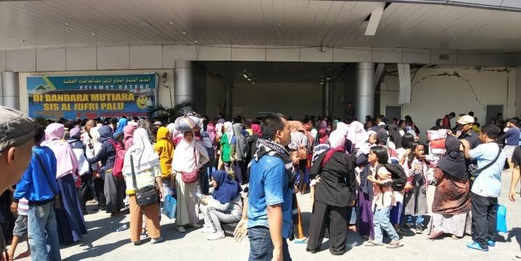 Người sống sót tập trung ở sân bay Mutiara Sis Jufri chờ rời khỏi Palu, ngày 1-10. Ảnh: JAKARTA POST