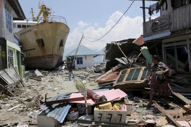 Sống sót sau thảm họa, giờ người dân Palu phải đối mặt đói khát. Ảnh: PA